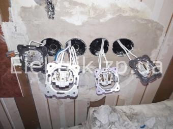 Замена и перенос старого выключателя, розетки и подрозетника на новые с увеличением количества розеток.